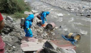 Pobladores retiran galones con material tóxico arrojados al río Chillón