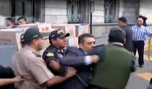 Abogados se enfrentan a policía para evitar desalojo en Palacio de Justicia