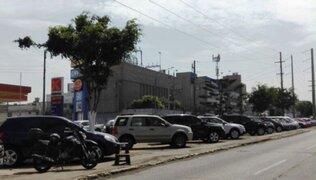 La Victoria: bermas de la avenida Arriola son usadas como cocheras