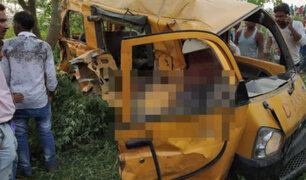 India: 11 niños mueren al chocar un autobús escolar y un tren