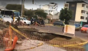 Surco: caos vehicular por enorme forado en av. Tomás Marsano