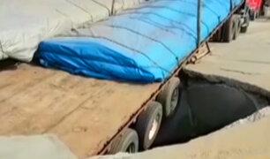 Trujillo: dos tráilers se hunden en pista en mal estado