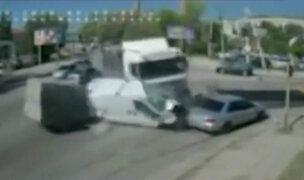 Ucrania: trailer fuera de control impacta violentamente contra dos vehículos