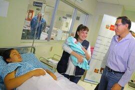 Presidente Vizcarra visitó la maternidad y envió saludo a las madres en su día