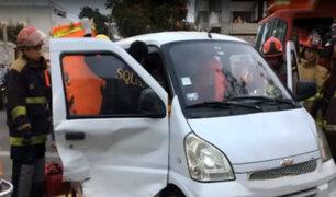 Mujer quedó atrapada en auto tras sufrir aparatoso accidente
