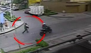 Inseguridad ciudadana: delincuentes en moto asaltan a transeúntes en calles de Lima
