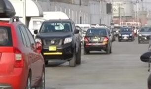Carmen de la Legua: conductores convierten loza deportiva en estacionamiento privado