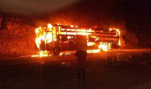 Huancavelica: pasajeros salvaron de morir luego que bus se incendiara