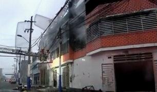 Bomberos controlan incendio en fábrica de zapatos del Rímac