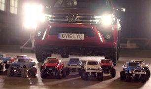 YouTube: ¿Puede un ejército de carritos de radiocontrol remolcar un auto real? [VIDEO]