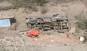 SJL: camión se desbarranca por pendiente de más de diez metros