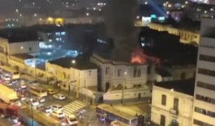Fuego consume casona: incendio afectó inmueble donde funciona clínica