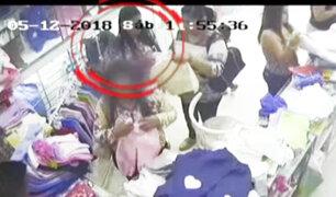 """La Victoria: """"tenderas"""" roban costosos celulares dentro de tiendas en Gamarra"""
