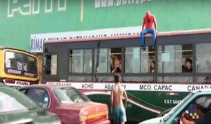 Circo del Sol en la calle: acrobacias y contorsiones bajo el puente Balta