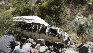 Joven fallece tras caída de cúster a un abismo de 30 metros en Manchay