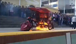 Cutervo: ronderos queman mototaxi de presuntos ladrones de ganado