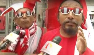 San Isidro: hinchas incondicionales alientan a la Bicolor en concentración