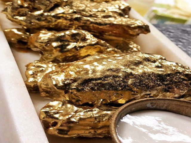 Extravagancia gastro: alitas de pollo bañadas en oro de 24 quilates