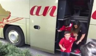 Niños suben al bus de la Selección Peruana a su salida del hotel de Austria