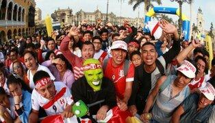 Hinchas se reúnen en la Plaza de Armas para ver partido Perú vs Suecia