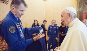 Vaticano: Papa Francisco recibió su traje espacial de la NASA