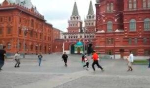 Rusia: hinchas peruanos jugaron fútbol en la plaza de La Revolución