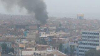 Incendio en el Callao: 8 unidades de bomberos luchan por apagar fuego en solar