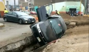 Barrios altos: moderno auto cae dentro de una zanja de obra inconclusa