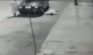 SJL: observe el preciso instante que un sujeto arroja cadáver en plena calle