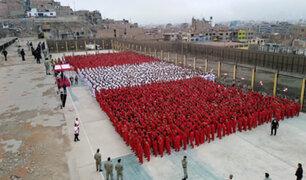 Reclusos forman bandera humana para apoyar a la 'bicolor'