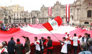 Centro de Lima: en la Plaza de Armas miles vibraron con el debut de la Bicolor