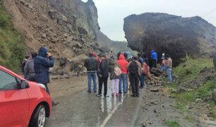 Derrumbe restringe el tránsito vehicular en carretera Cusco-Abancay