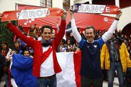 Galos se reúnen en la Alianza Francesa para ver trascendental encuentro