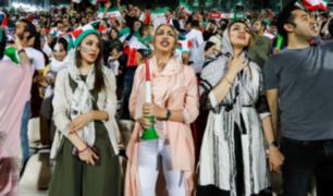 Mujeres iraníes asisten a estadio junto a hombres por primera vez en 39 años