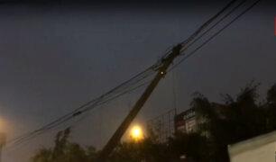 VMT: poste de telefonía suspendido por cable pone en riesgo a transeúntes
