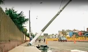 Vecinos en riesgo por postes a punto de desplomarse en El Agustino y La Victoria