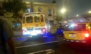 Cercado de Lima: chófer de cúster invade carril contrario para evitar tráfico