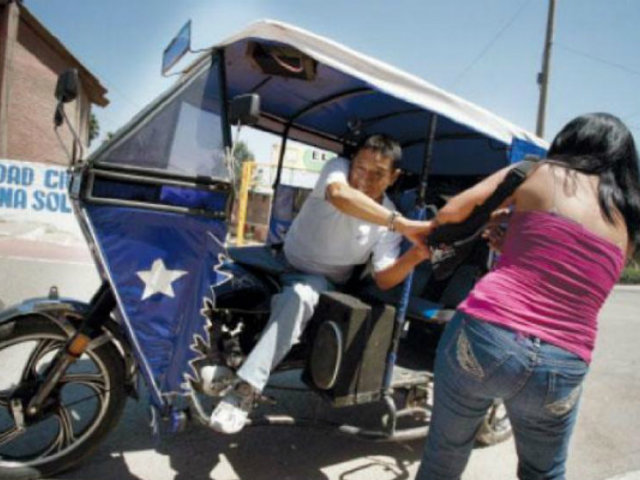 SJM: sujeto en mototaxi asaltó violentamente a mujer