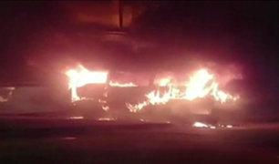 La Victoria: combi se incendió durante la madrugada en plena avenida aviación