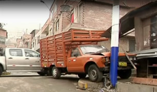 Rímac: poste a punto de caer tras choque de camioneta