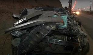 Auto choca con camión cargado de ladrillos en autopista Ramiro Prialé