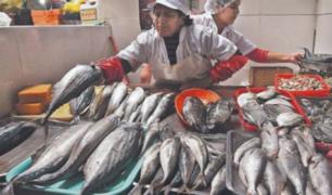 Sube precio de pescados en mercado por fuerte oleaje