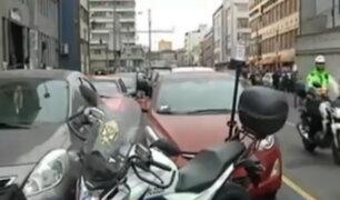 Centro de Lima: autos y motos se estacionan en zonas indebidas