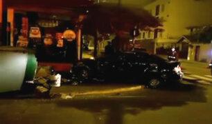 Surco: jóvenes aparentemente ebrios estrellan auto contra quiosco y bodega