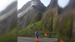 Bomberos intentan rescatar a joven que cayó por el acantilado en Miraflores