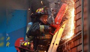 Incendio consumió cuarto piso de edificio en Surquillo