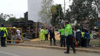 Confirman un muerto por volcadura de camión en San Juan de Miraflores
