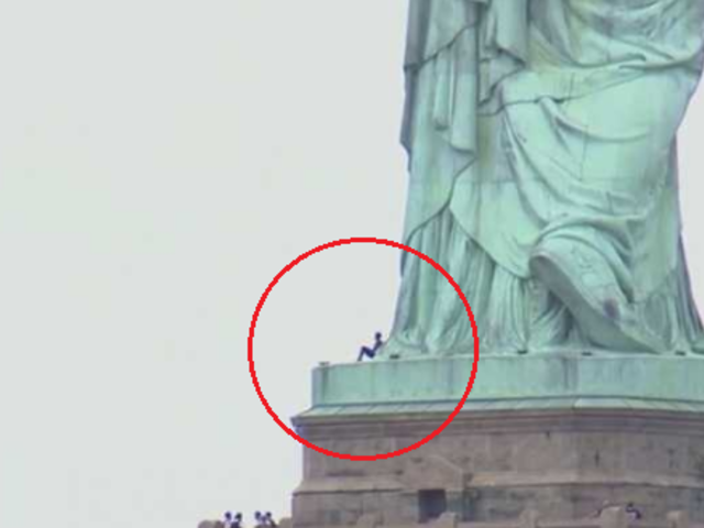 Mujer escala la Estatua de la Libertad para protestar contra política migratoria de Trump