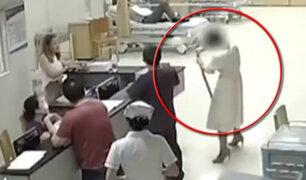 China: mujer llega a hospital con serpiente que la mordió