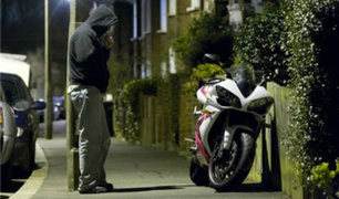 Sujeto es captado robando motocicleta en una calle de Iquitos